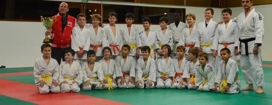 Les poussins du judo club maximois posent en compagnie de Gilles Guttadauro qui brandit la coupe remportée grâce à leur 2e place au prestigieux challenge du Prince Albert II de Monaco.