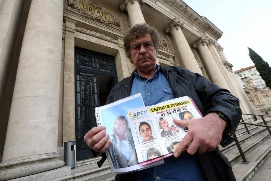 Alain Chauvet, ancien pilote de ligne, n'a plus revu sa fille Camille - aujourd'hui âgée de 10 ans - depuis Noël 2010. Elle a disparu avec sa mère, ingénieure à la DGA.