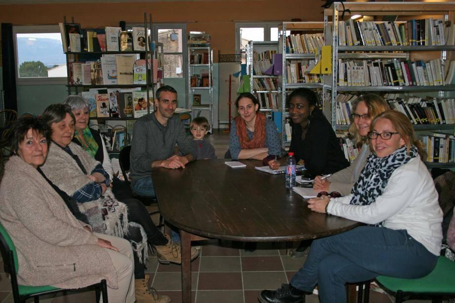 Marina Meinero (au centre) souhaiterait créer un rendez-vous chaque année entre des artistes de tous horizons et les Seillonnais.