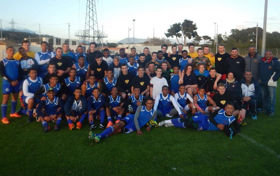 Les jeunes sud-africains de West Coast (en maillot bleu) avec les Six-Fournais (en maillot noir) et leurs encadrants, mercredi soir au Stade Fernand-Sastre.