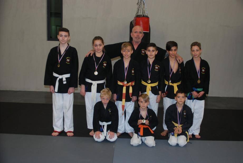 En compagnie de leur entraîneur Gianni Briganti, les jeunes Saint-Cyriens montrent fièrement leurs médailles.