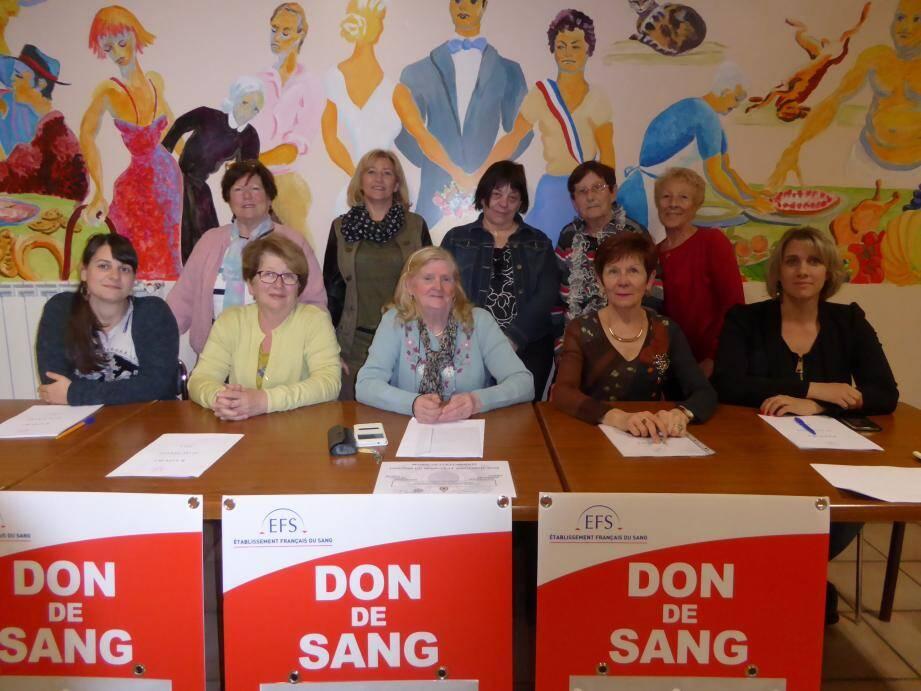 Tous réunis autour de Josiane Lebrun (au centre), présidente des DSB de Collobrières, de Françoise Jeanne Quéré, présidente départementale, et de l'adjointe Christiane Saison.