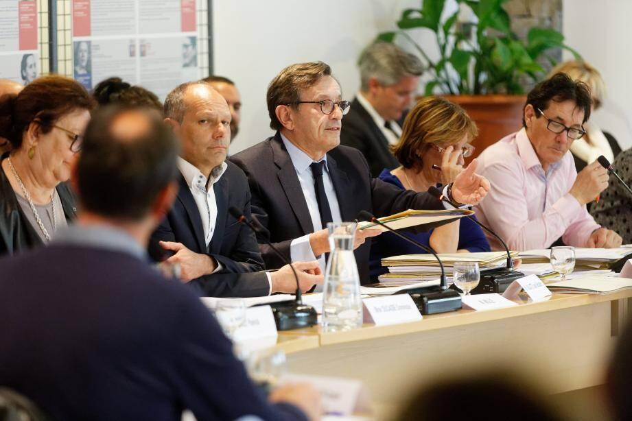 Le maire Jean-Sébastien Vialatte, jeudi soir en conseil municipal, a longuement débattu avec ses opposants.