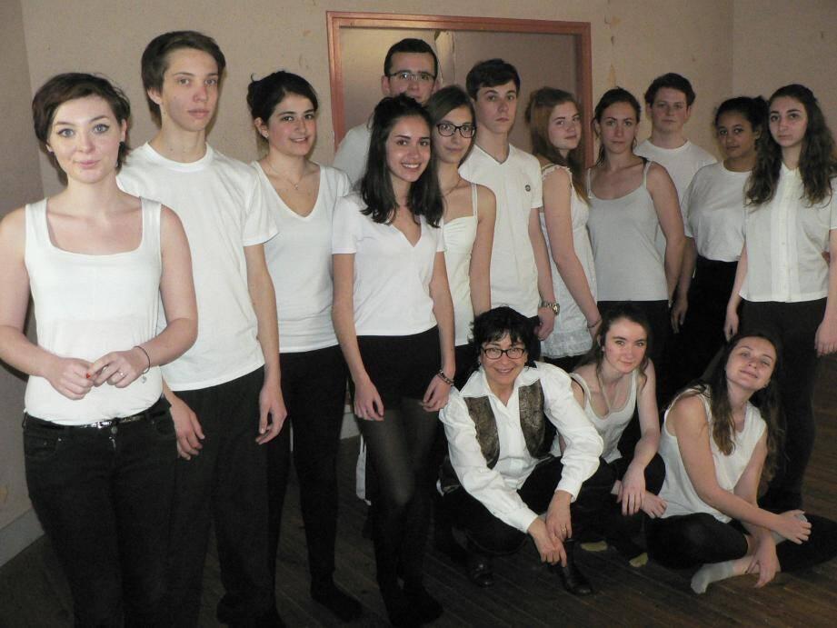 Les élèves de la classe de Françoise Coissard (au centre accroupie) ont mis en scène des poèmes de Saint-John-Perse.  Ci-dessous le sous-préfet Portal, le maire et les acteurs de ce beau rendez-vous.