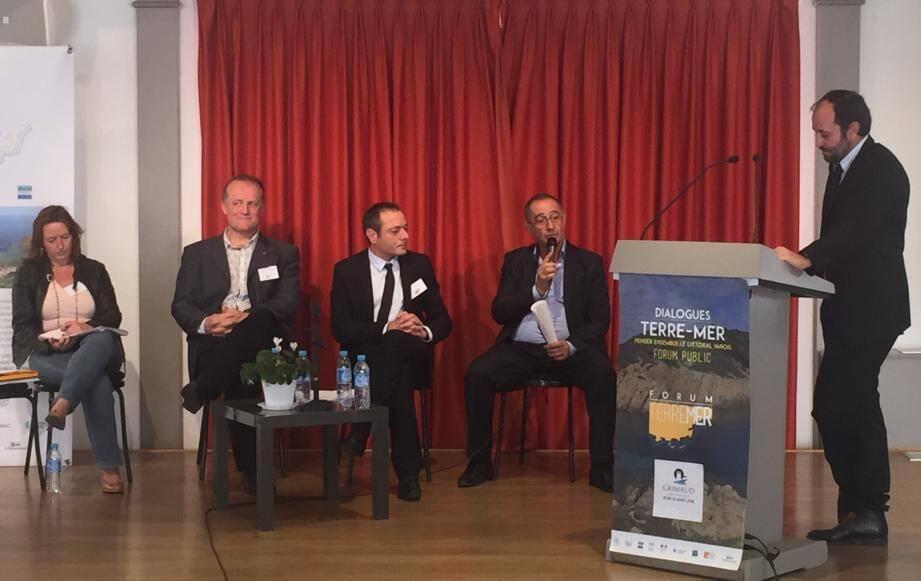 Lors d'une des tables rondes, avec notamment le maire de Grimaud et à sa droite le maire de Pourrières, Sébastien Bourlin.