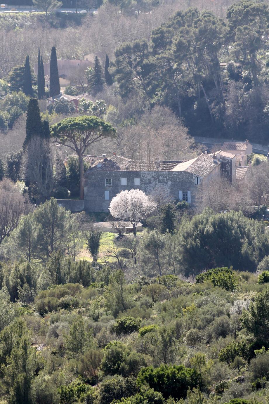 Depuis le sommet du mont Combe, qui surplombe le quartier de la Ripelle, le château de Dardennes se laisse découvrir.C.S.