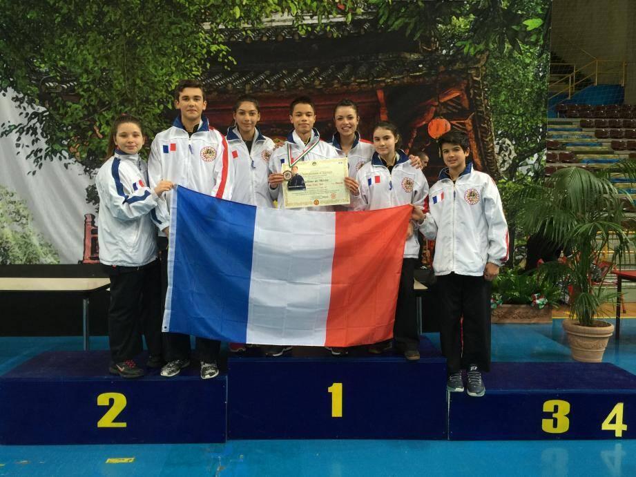 Le junior Xuân Tâm Pham (ici au centre de la délégation toulonnaise) a brillé à Vérone.