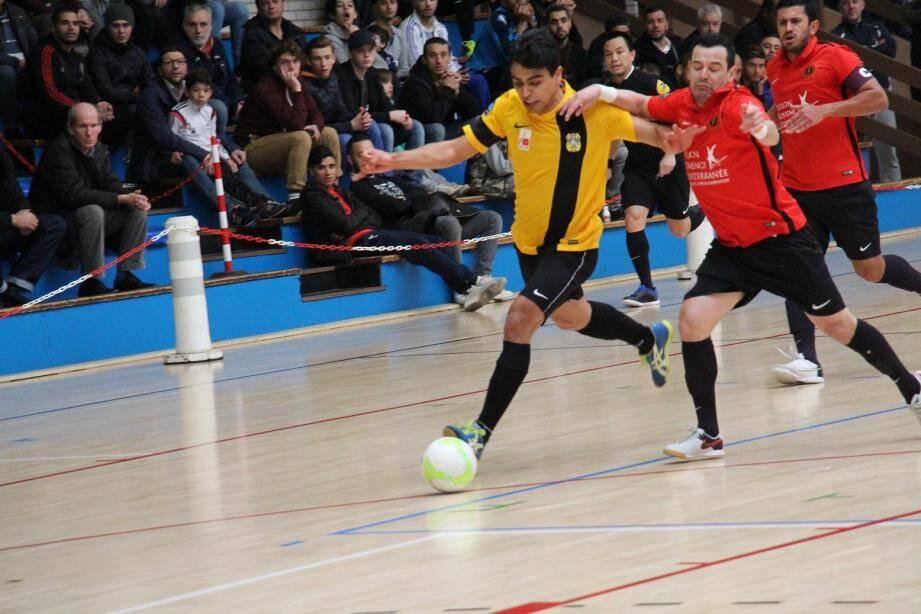 Toulon (ici Benitez et Thiago Souza, en rouge) a fait un grand pas vers les play-offs.