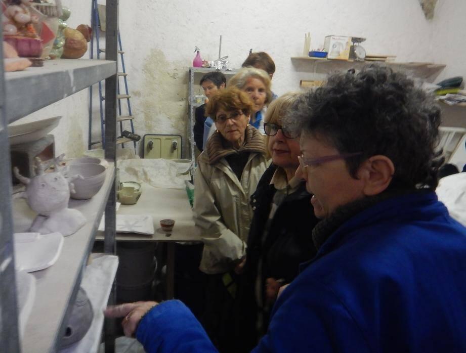 Vanina De Nobili, au sein de son atelier « Le Crabe bleu », a expliqué les étapes de fabrication de ses pièces en grès.