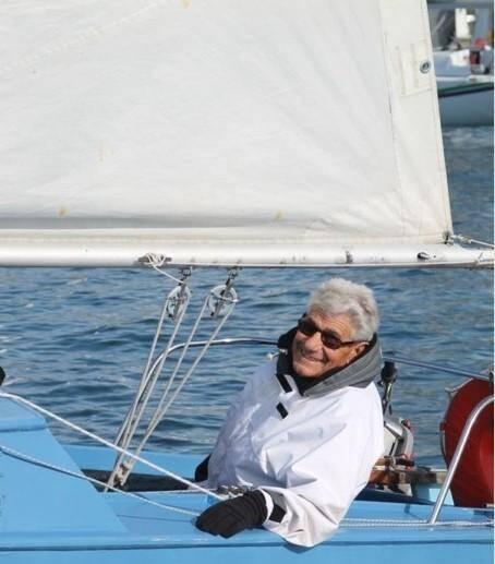 Antoine, à bord de son bateau bleu et blanc, «Râ», ne passait pas inaperçu dans la rade de Toulon. (M.P)