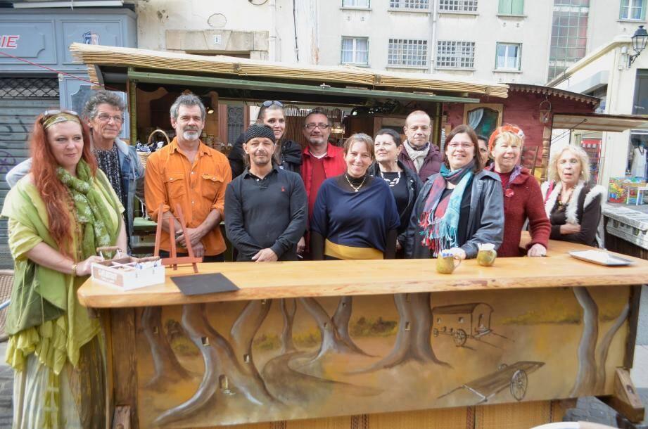 Le président Etienne Fasalino au centre, Véronique fondatrice du projet des charrettes de Perrin, entouré des artistes exposants. Photo (Ly.F.)
