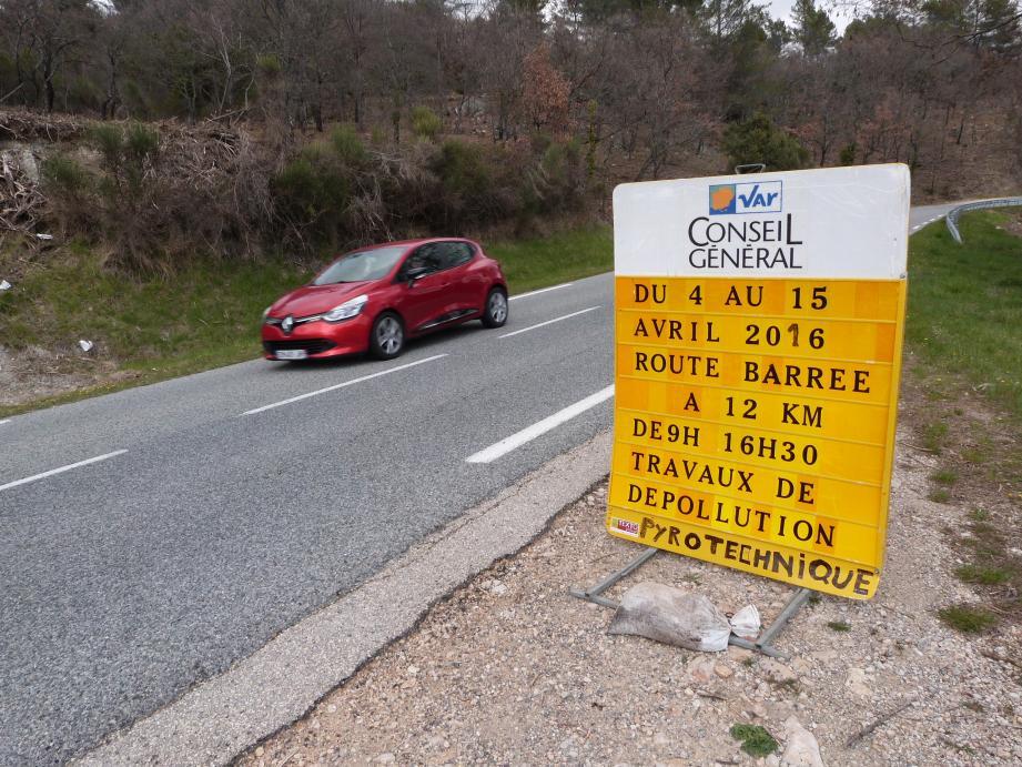 Les services du conseil départemental ont déjà installé des panneaux sur la R955, fermée à la circulation durant douze jours.