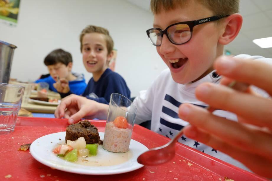 Comme ses autres copains délégués de classe, Mathéo s'est volontiers pris pour un juré de Masterchef en goûtant et en notant les plats concoctés par le chef. Visiblement, le dessert est apprécié.