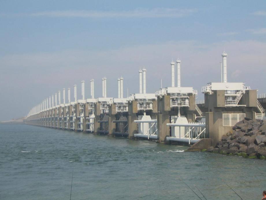 Ce barrage de 9 km de long, l'Oosterscheldekering, protège désormais la baie de l'Escaut oriental aux Pays-Bas. (DR)