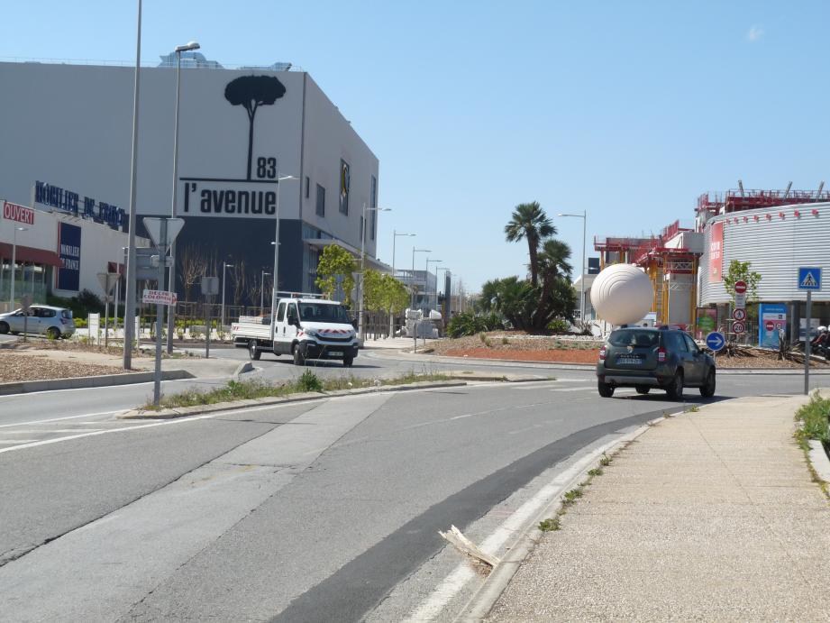 Le centre commercial à ciel ouvert est traversé par l'avenue de l'Université, interdite à la circulation sauf aux bus et aux vélos.