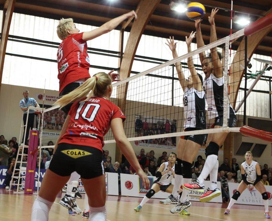 Anna Kajalina (ci-dessus), Tanja Grbic (en soutien) et les Raphaëloises vont devoir afficher un tout autre tempérament qu'à Venelles, lors des quarts de finale des play-offs contre Béziers.