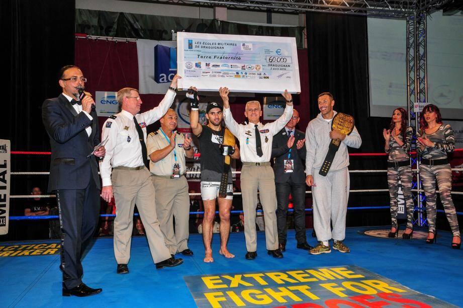 La remise du chèque de 60 00 euros à Terre Fraternité par le général Royal, commandant des Écoles militaires de Draguignan.