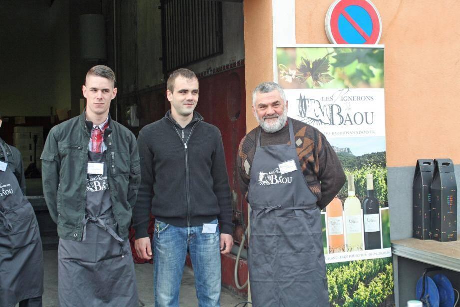 Le maître de chai Bruno Siviragol (à droite) a détaillé les particularités de la cuvée 2015.