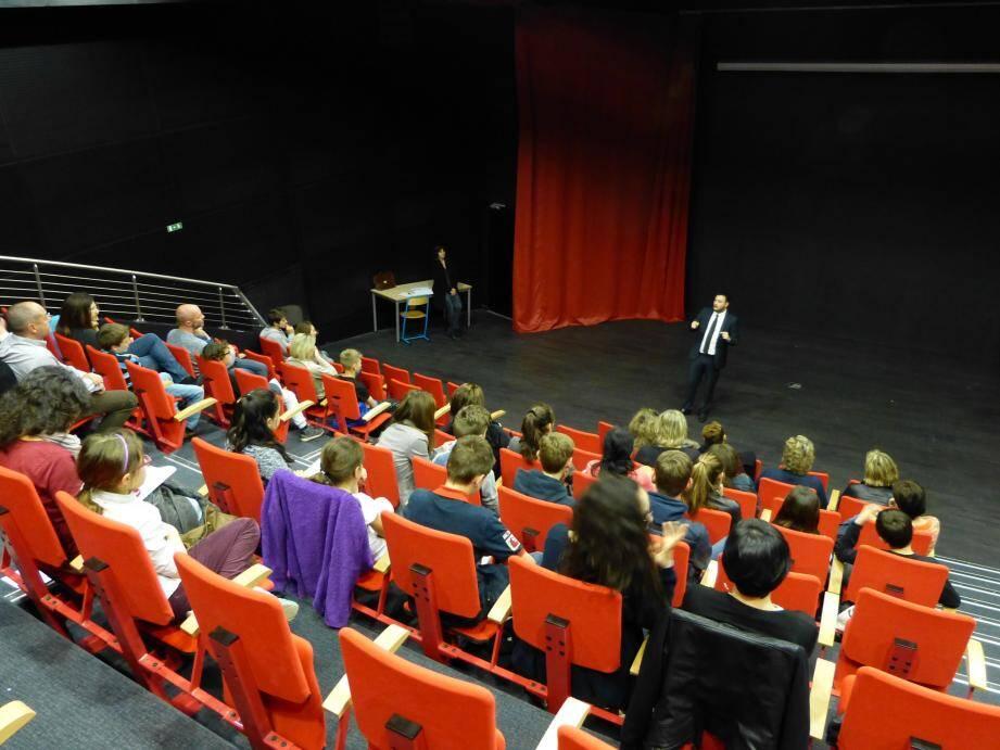 Les collégiens et leurs parents ont écouté Sylvain Poggi, spécialiste de la sécurité sur Internet de l'académie de Nice.