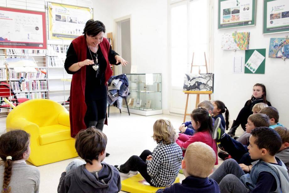 Par les mots, la conteuse Claudia Mad'moiZèle a créé une ambiance printanière parmi les enfants.