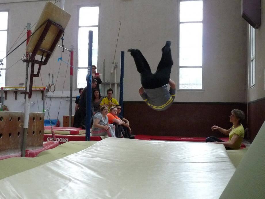 Atelier roulade - ou salto pour les plus téméraires - en clôture de cette onzième et dernière session de gym destinée aux jeunes de la SAT La Cardeline.