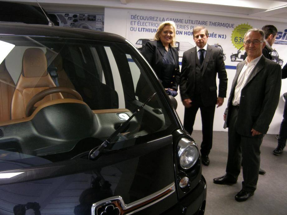 (De g à d) Michèle Tabarot, Georges Dao et Erick Kaspy, en discussion près d'une auto Mia électrique.
