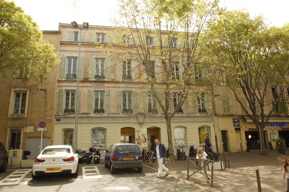 Les propriétaires de l'immeuble qui abrite le musée Peynet sur la place Nationale estiment que la Ville dévalue leur bien. La collectivité, elle, se retranche derrière l'estimation du service des Domaines.