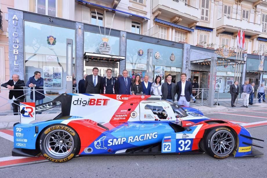 Salués par Me Michel Boéri, président de l'Automobile Club de Monaco, et Gérard Neveu, directeur des championnats FIA-WEC et ELMS, hier en Principauté, Stefano Coletti (à droite) et la BR01 de l'équipe SMP Racing vont viser haut aux quatre coins du Vieux Continent.