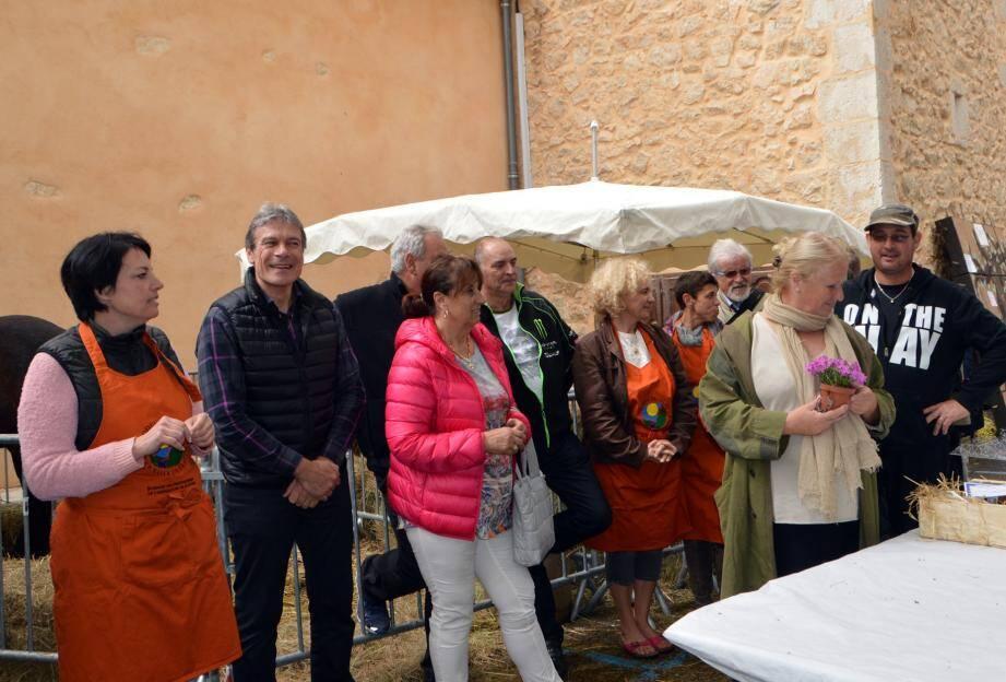 Au moment des récompenses du concours, les élus, organisateurs du syndicat agricole, les gagnants, en présence de la conseillère départementale Michèle Olivier.