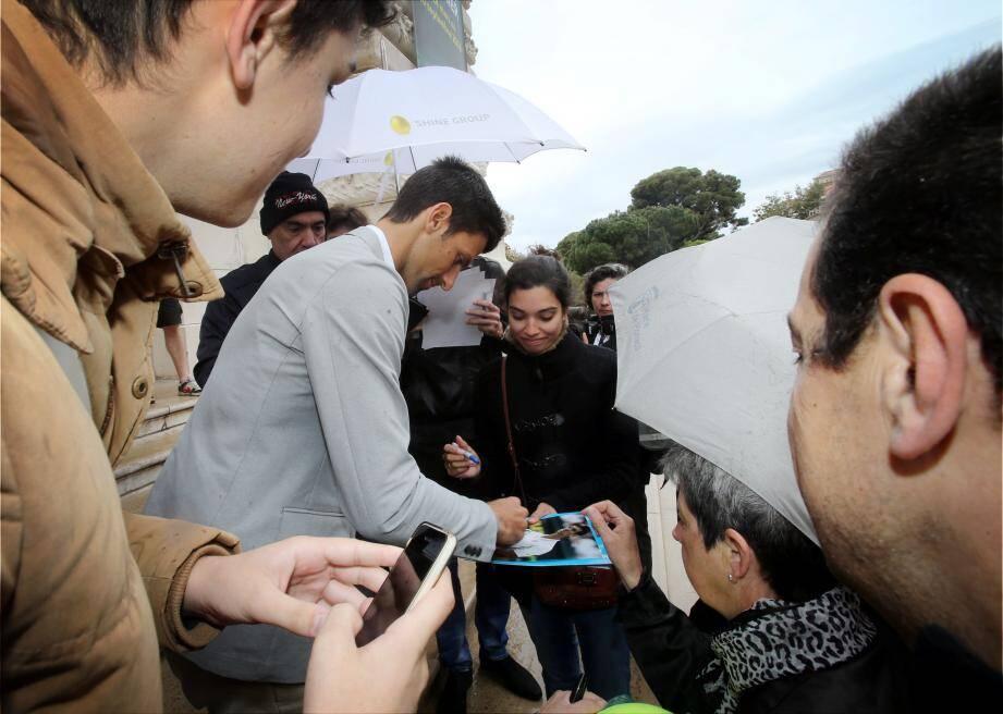 Novak Djokovic devant le Musée Océanographique, hier midi. Première fois que le tirage au sort du tournoi se déroulait ici. Le ministre d'Etat, Serge Telle, était présent.
