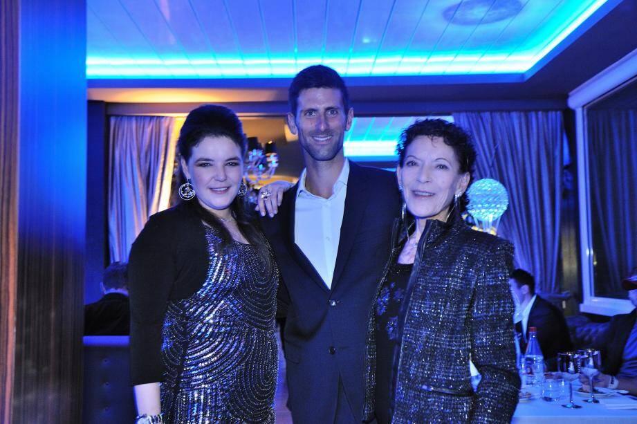 Elisabeth-Ann de Massy, présidente de la Fédération monégasque de tennis et du Monte-Carlo Country Club, et sa fille Mélanie de Massy, vice-présidente du Monte-Carlo Country Club, entourent le tennisman Novak Djokovic.