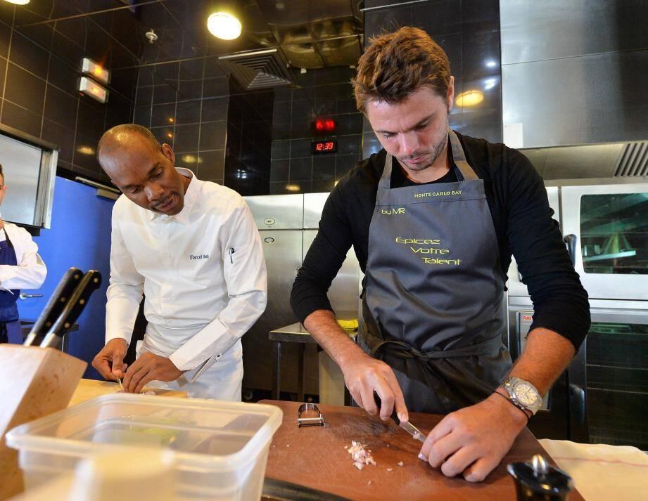 Dans la cuisine du Blue Bay, le chef Marcel Ravin a dispensé hier midi ses conseils au joueur, pour réaliser un risotto aux asperges en quelques minutes.