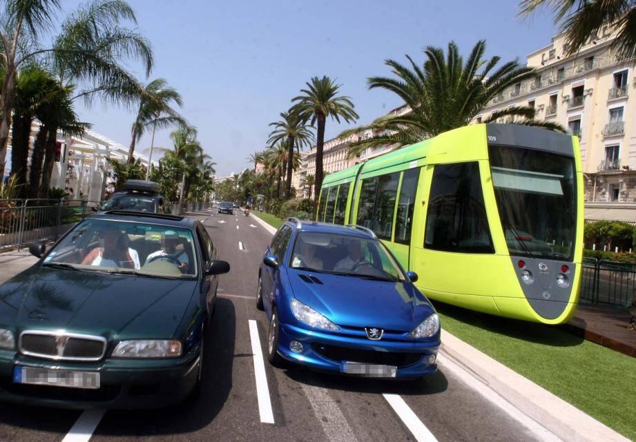 Le projet initial de tramway sur la promenade des Anglais a été abandonné au profit d'un tracé en souterrain dans le centre-ville.(Photomontage DR)