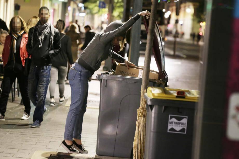 La loi française n'interdit pas de faire les poubelles, lorsqu'elles sont sur la voie publique. Un déchet est considéré comme «res nullius» et n'appartient à personne.