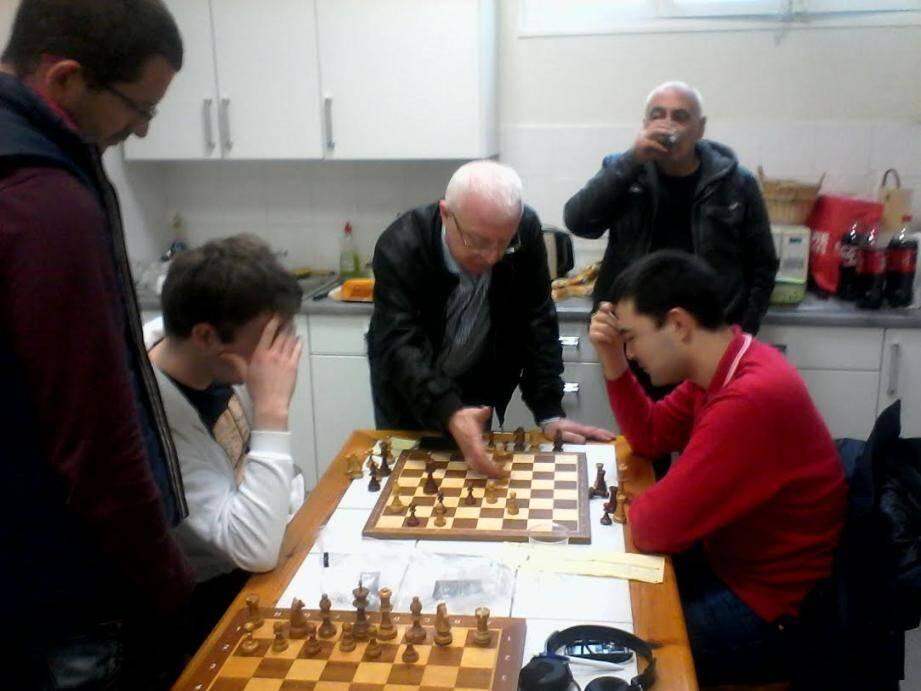 Le grand maître international grassois Iossif Dorfman analysant la partie de Richard Pile après le match. (DR)