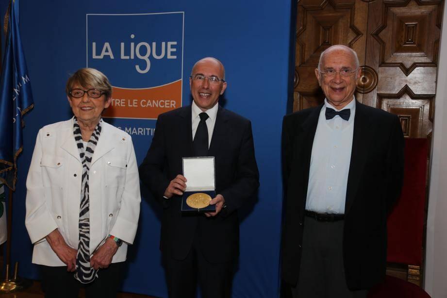 Eric Ciotti a reçu la médaille d'or de l'association. Il est entouré de Jacqueline Godet, présidente nationale de la Ligue et de Maurice Schneider, président du comité 06.