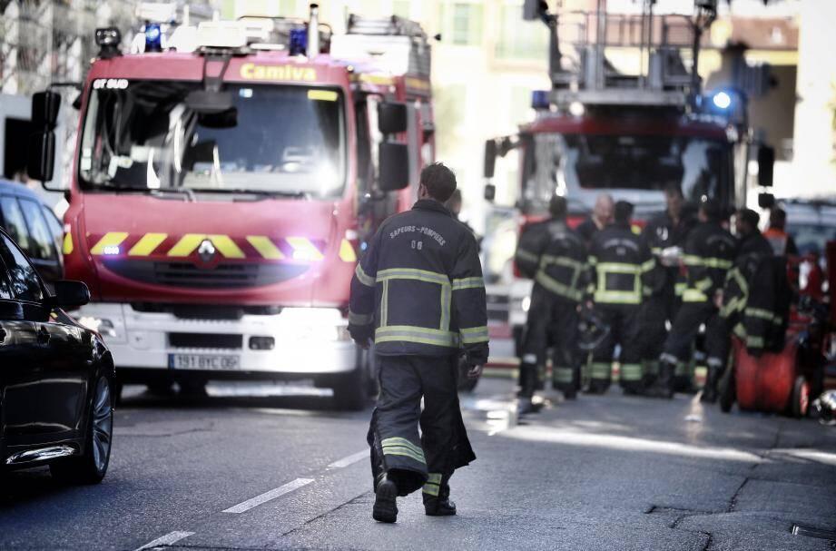 Trois personnes dont une fillette ont été intoxiquées par les fumées lors d'un incendie qui s'est déclaré hier vers 17 h 30, rue de la Gendarmerie.