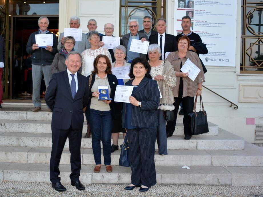 La délégation de Falicon et les récipiendaires aux côtés du député Rudy Salles au 1er rang à gauche et du maire, Gisèle Kruppert à droite.