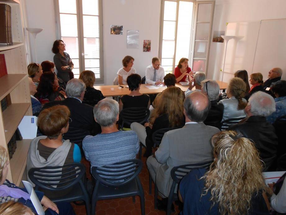 La première table ronde de la journée a rassemblé une cinquantaine de personnes dans une salle comble du 2e étage.