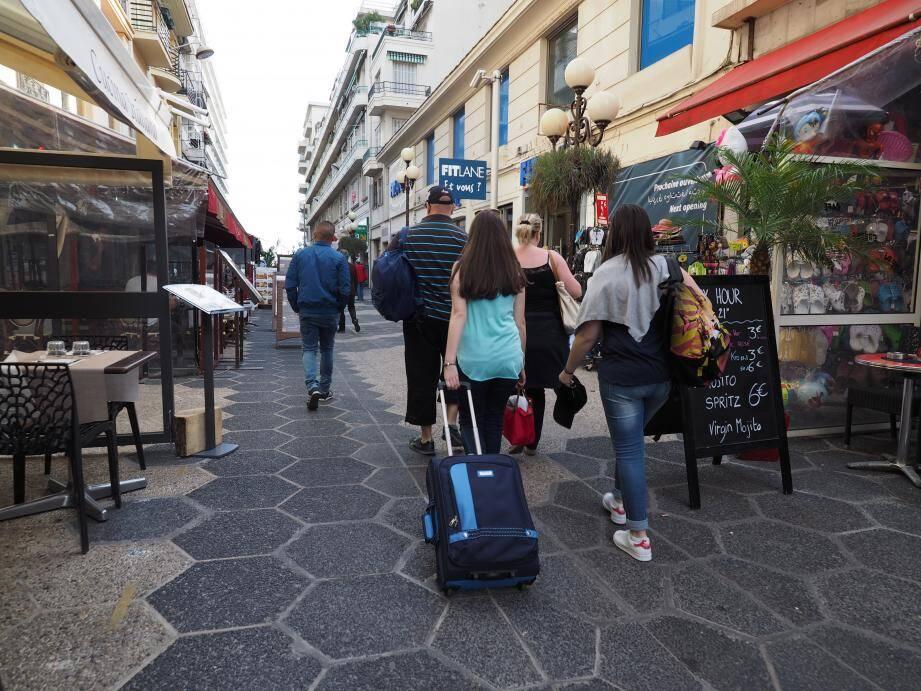 Les communes peuvent demander aux vacanciers séjournant sur leur territoire de payer une taxe de séjour. Elle permet aux Villes de financer les dépenses liées à la fréquentation touristique ou à la protection de leurs espaces naturels… À Nice, la taxe de séjour est affectée à l'office du tourisme et des congrès. Elle varie de 0,20 centimes à 4 euros selon le type d'hébergement.
