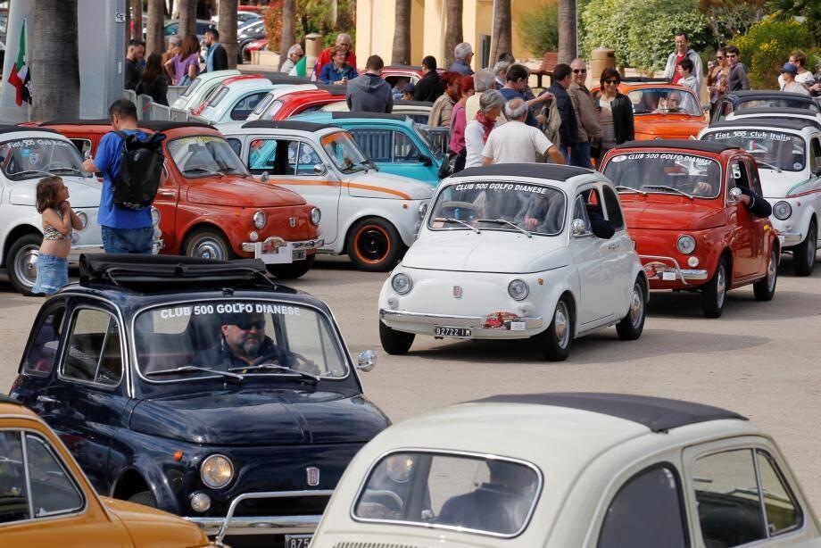 Pas moins de 60 passionnés de Fiat 500 ont paradé avec leurs véhicules anciens.