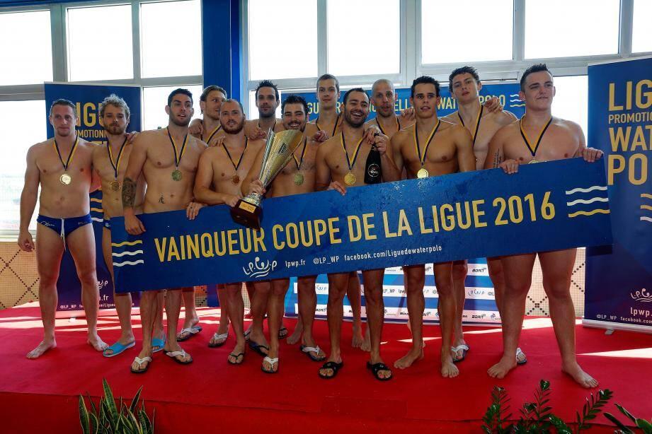 Les Niçois posent fièrement avec la Coupe de la Ligue.