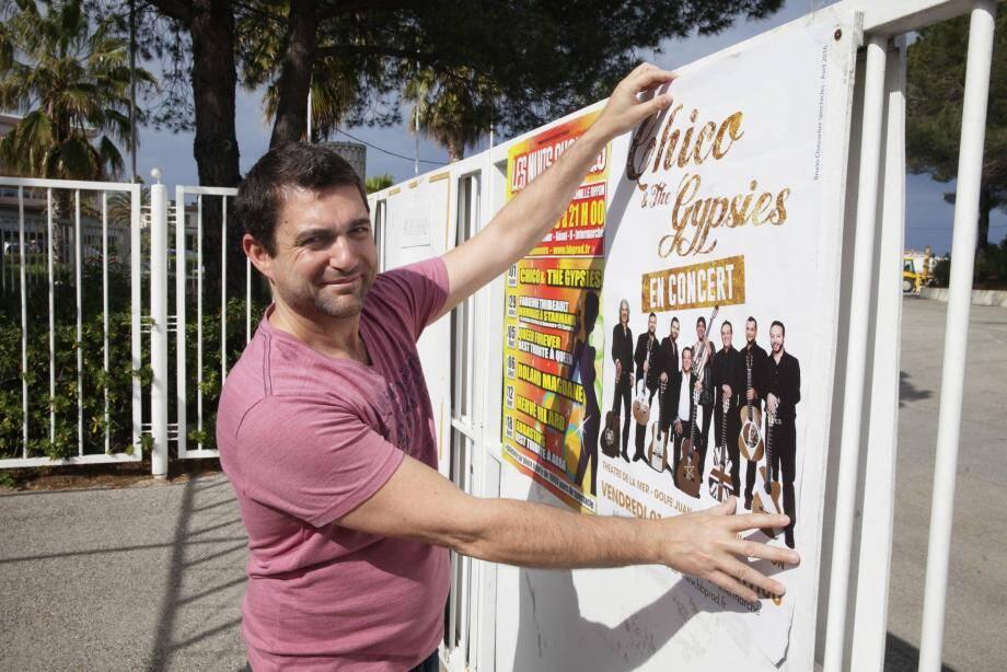 Christophe Danjard, prometteur des Nuits chaudes au Théâtre de la mer, s'occupe même de coller les affiches de ses six spectacles de l'été.