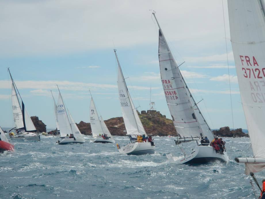 Seize équipages ont dû composer avec un vent soufflant à 25 nœuds.