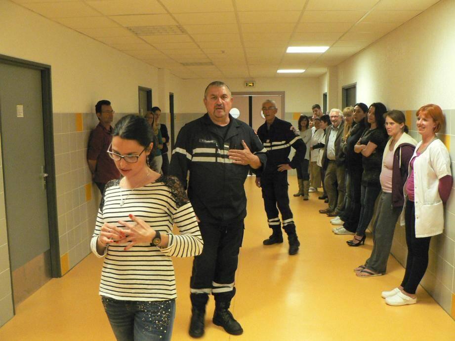 L'adjudant-chef Thierry Forneris et le sergent-chef Frédéric Noblet ont instruit le personnel sur les comportements à tenir en cas de danger.
