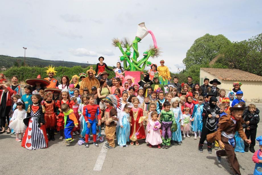Des dizaines d'enfants ont défilé dans les rues du village.