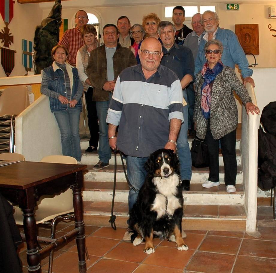 Les membres du collectif avec Jean-Luc et Heidi, sa chienne de race bouvier bernois, descendante directe de chiens utilisés par les Poilus. Elle sera présentée lors de l'exposition.