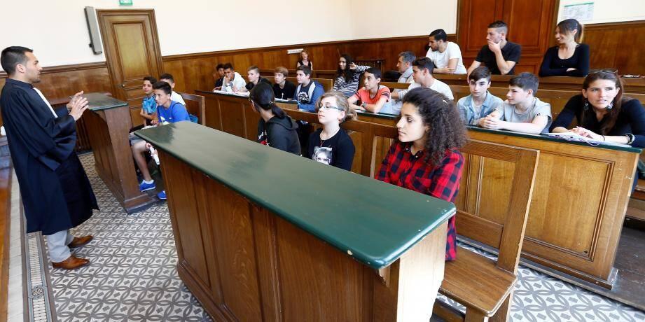 Séance pédagogique sur la justice par un représentant du tribunal d'instance.
