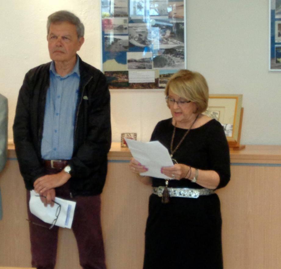 Martine Lacas lors de l'inauguration de son exposition aux côtés de Jean-Paul Ollivier qui l'a félicitée de cette initiative et de sa qualité.