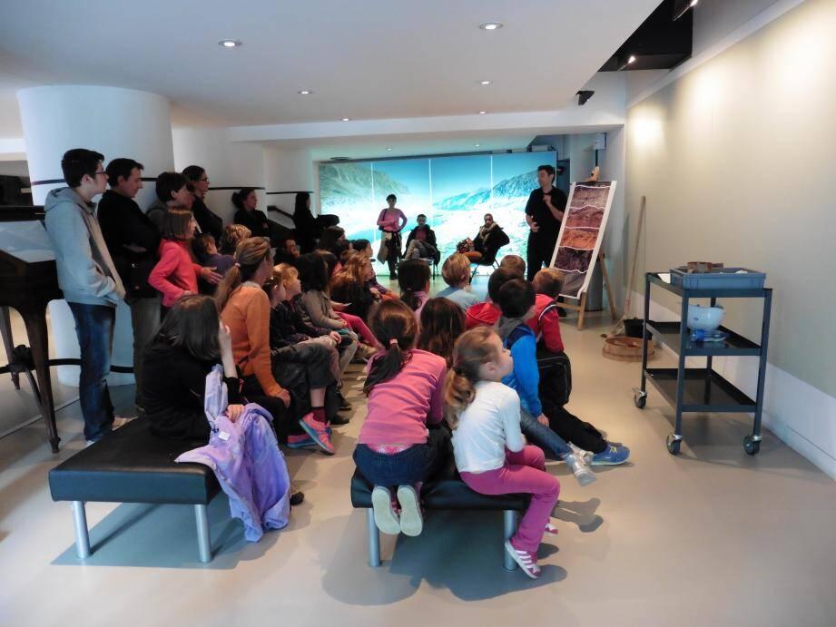 Les enfants et leurs parents, très attentifs à l'écoute  du conférencier Andréa Mazzarini.